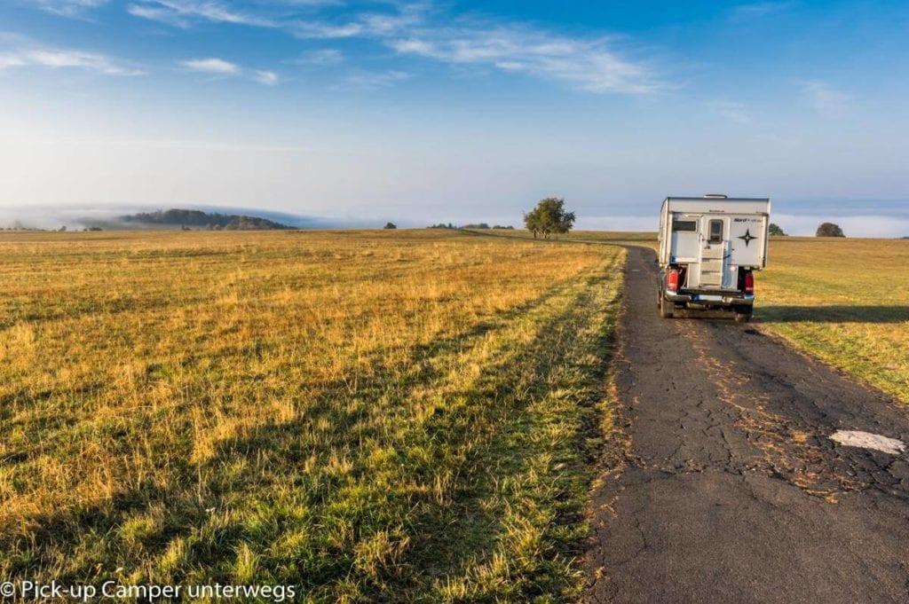 Pickup und Wohnkabine in der Natur