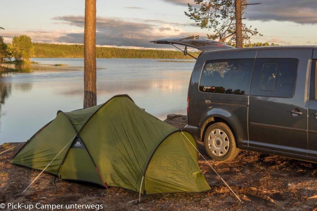Zelt und Auto an einem Fluss in Schweden