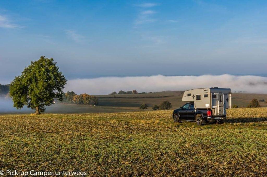 Pickup und Wohnkabine im Feld