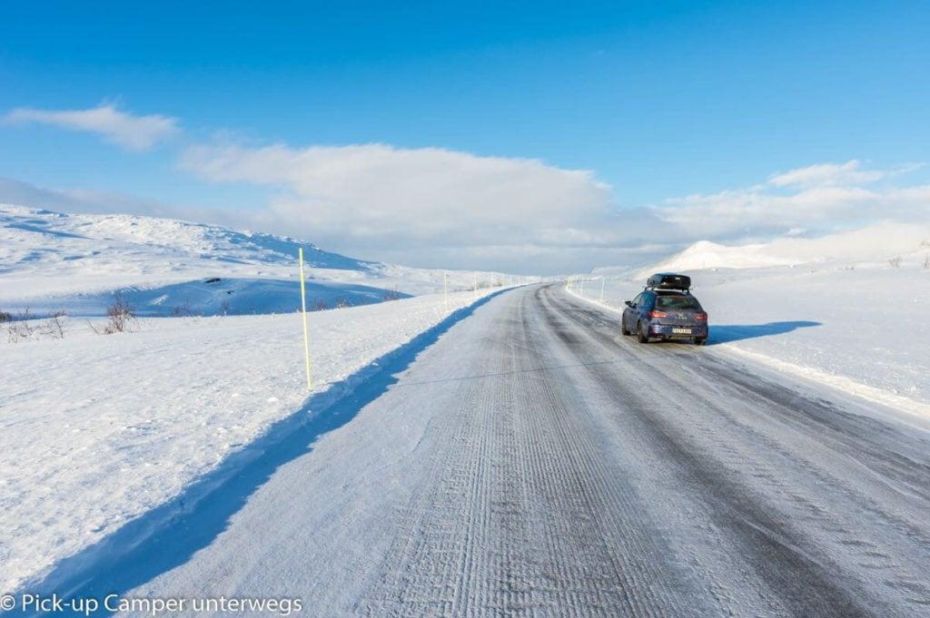 PKW auf vereisten Straßen in Skandinavien