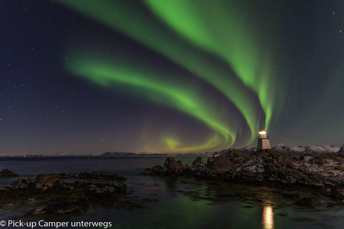 Nordlichter über Leuchtturm und Meer