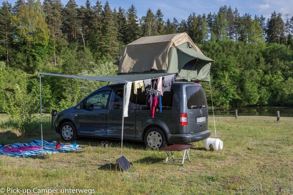 PKW mit Dachzelt auf dem Campingplatz