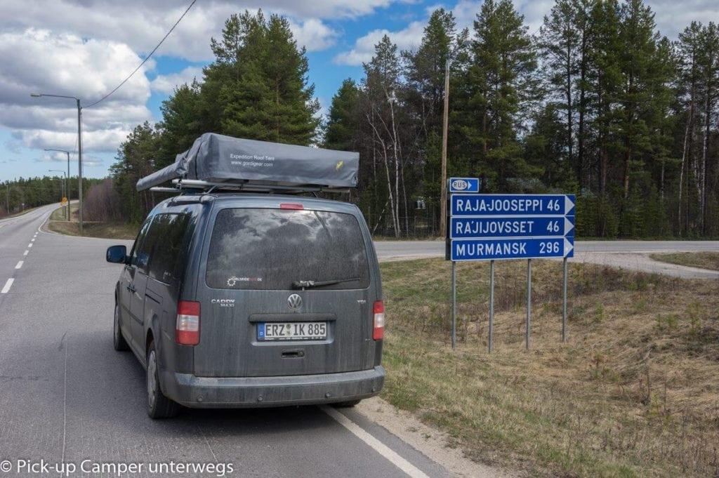 PKW aus Deutschland am Straßenschild: Murmansk 296 Kilometer
