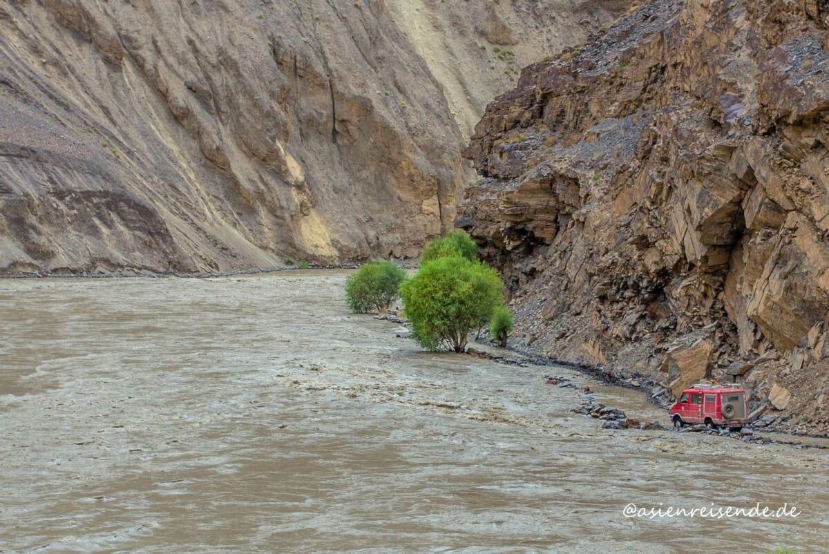 Die Straße ist im Fluss verschwunden: Mit dem Kastenwagen durch das Flusstal