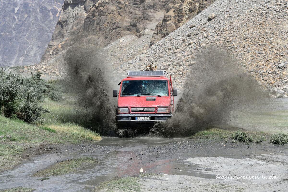 Kastenwagen in den Schluchten von Tadschikistan
