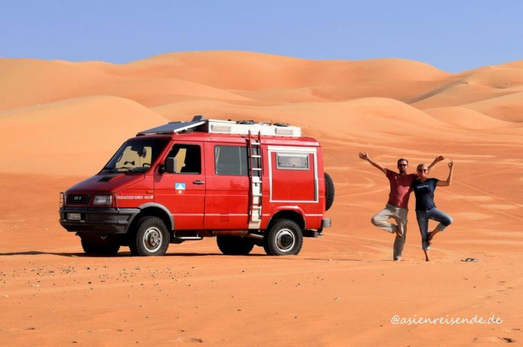 Mit Wohnmobil durch Asien: Kastenwagen in der Wüste