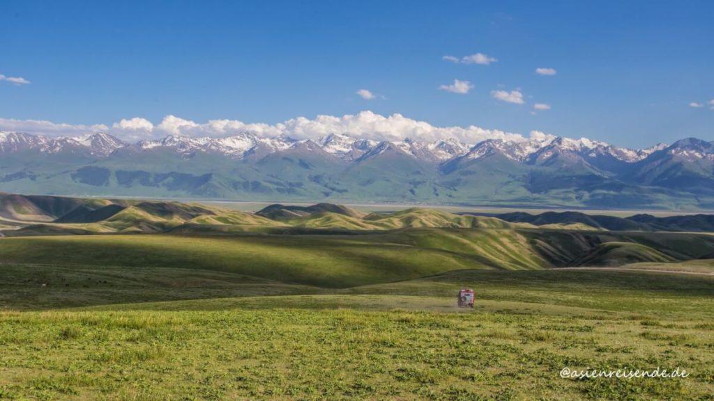 Kastenwagen-Wohnmobil in der Weite der Landschaft in Kirgistan / Asien