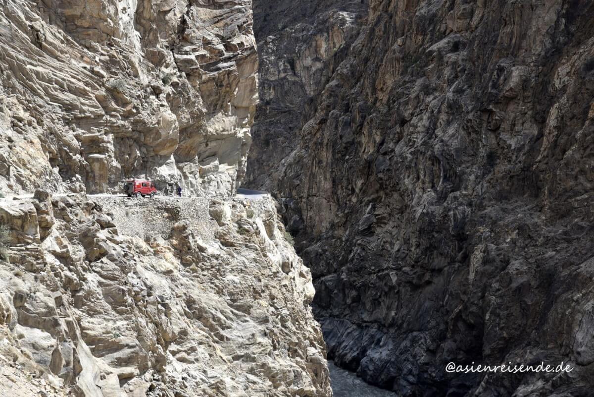 Kastenwagen im Gebirge in Pakistan