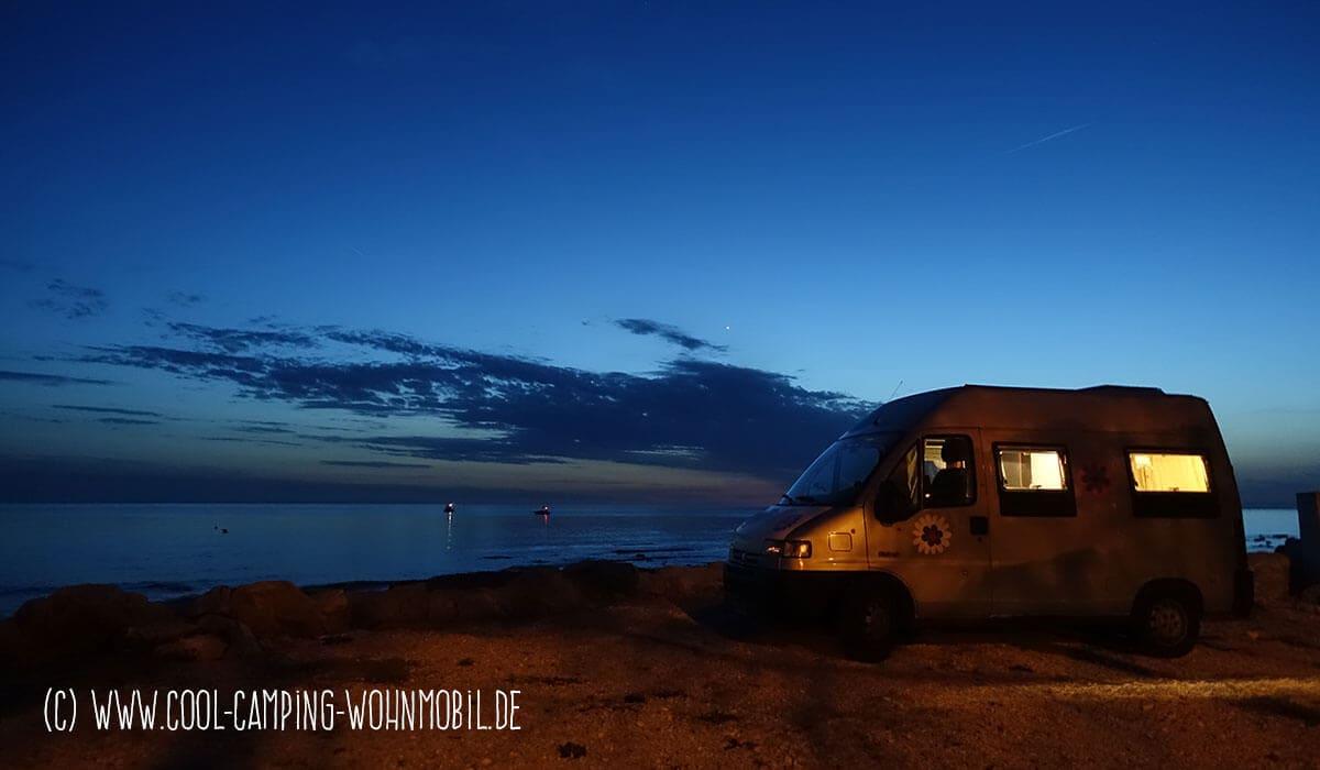 Der Burow Kastenwagen steht direkt am Meer