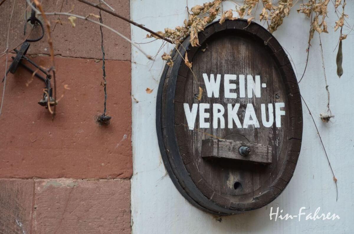 Reste eines alten Weinfasses als Wandschmuck