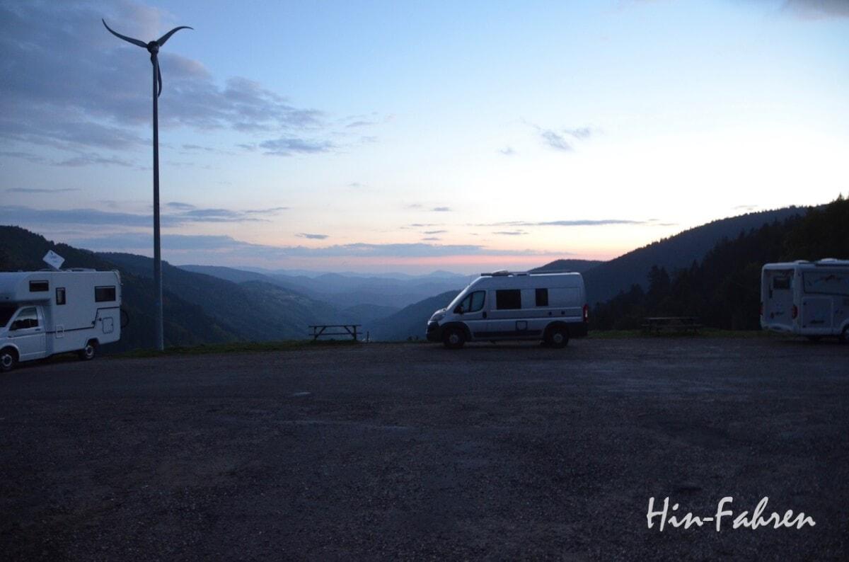 Wohnmobile auf einem Parkplatz in den Bergen