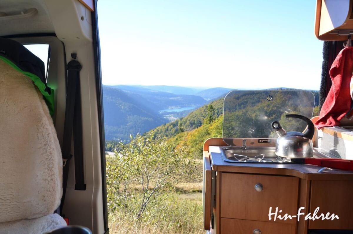 Pause unterwegs, mit tollem Blick aus dem Camper ins Tal