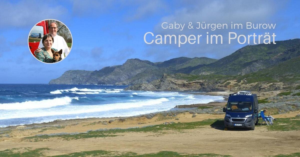 Kastenwagen parkt direkt am stürmischen Meer
