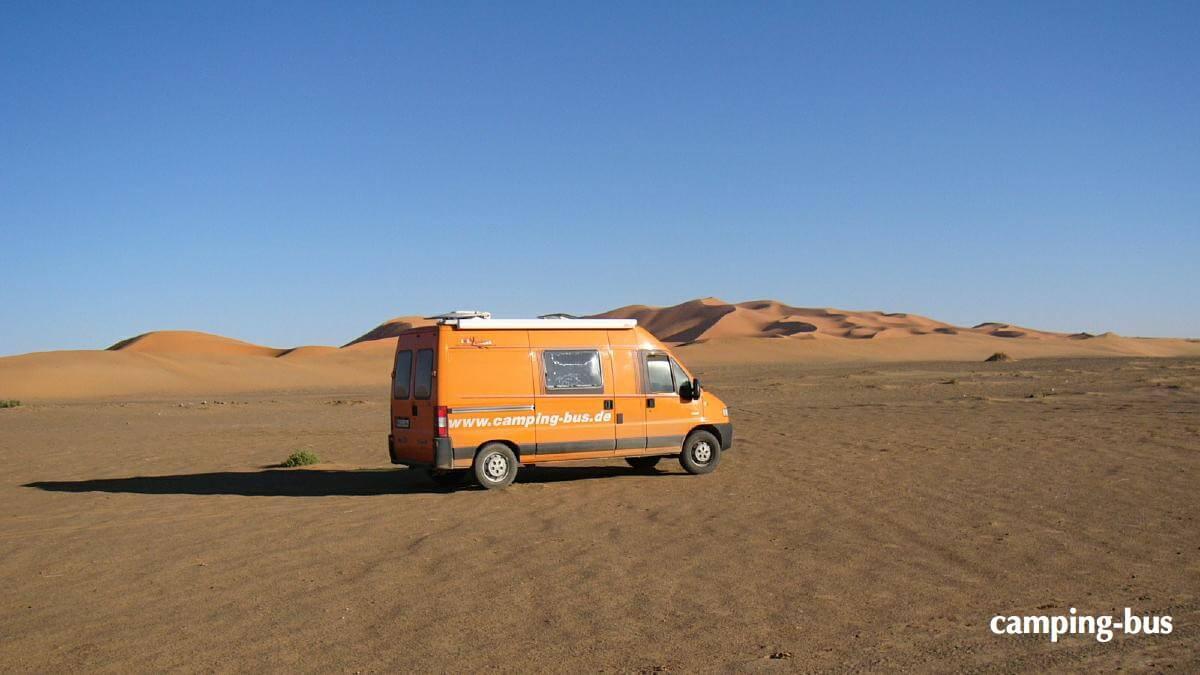 Kastenwagen in der Wüste