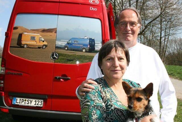 Gaby und Jürgen von camping-bus.de vor ihren CS Kastenwagen