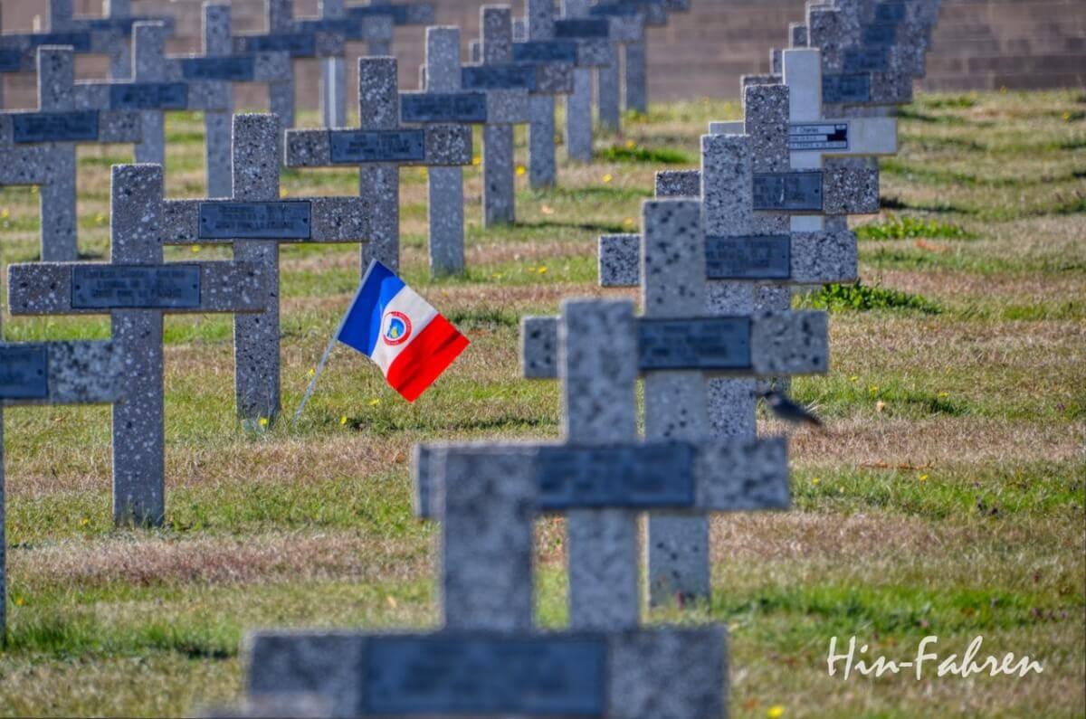 Lieblingsbilder Elsass: Kreuze und Fahne auf einem Soldatenfriedhof