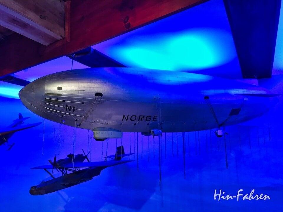 Mit dem Wohnmobil in Tromsö: Modelle eines Zeppelin und Wasserflugzeug