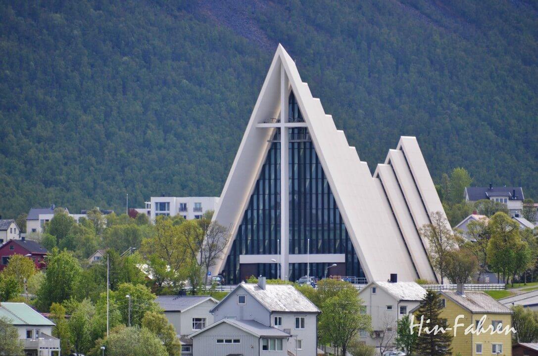 Mit dem Wohnmobil in Tromsö: Blick auf die Eismeerkathedrale