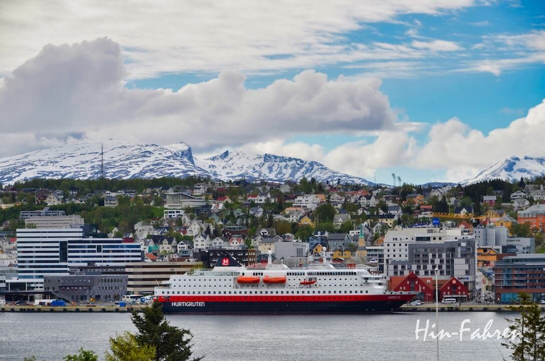 Hurtigrutenschiff im Hafen von Tromsø