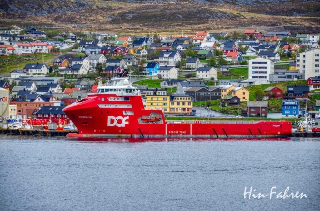 Blick aus dem Wohnmobil in Hammerfest: Rotes Versorgungsschiff Skandi Gamma