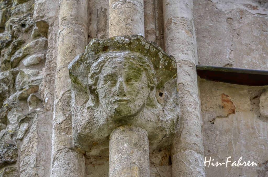 Highlight Rundreise Wohnmobil Normandie: Gesicht an einer Säule im Kloster von Jumièges Normandie