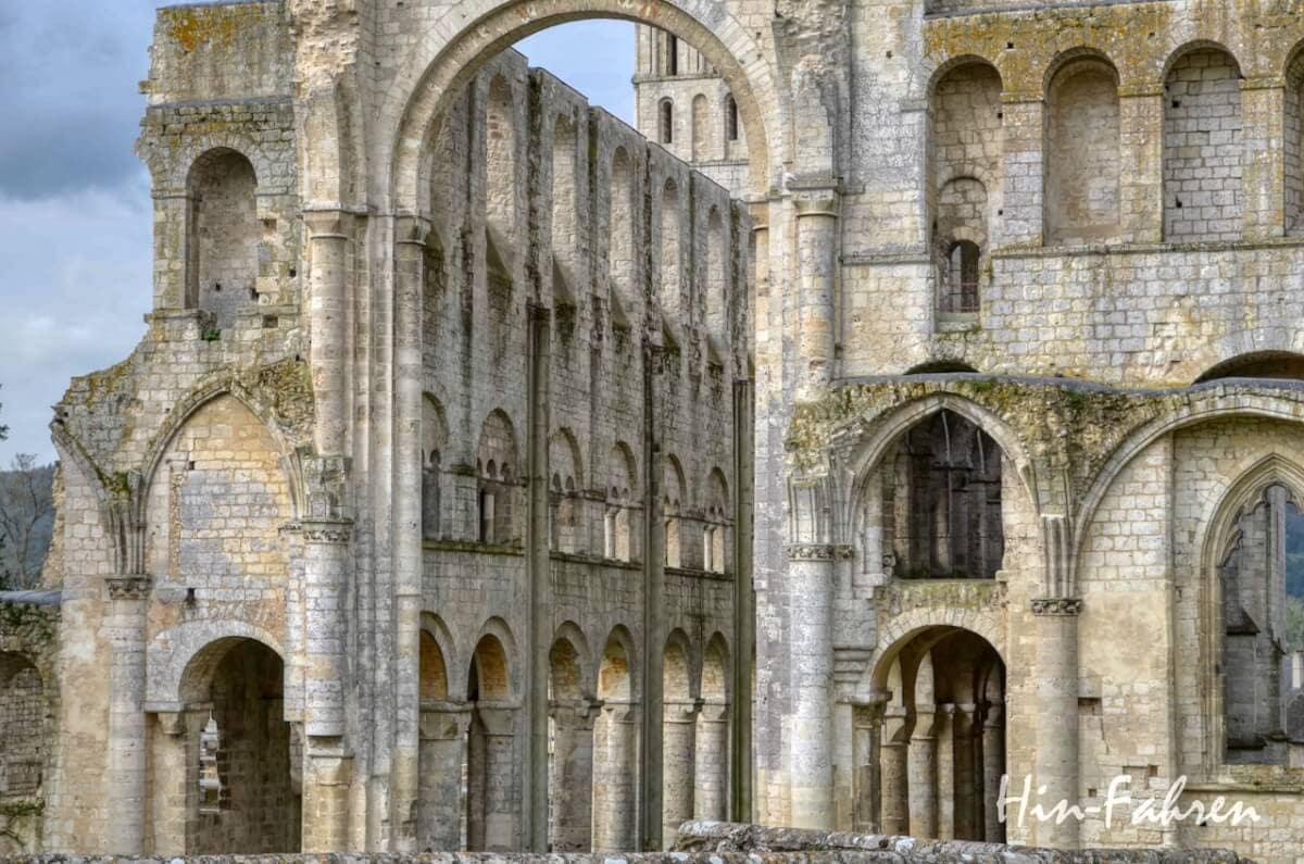 Mit dem Wohnmobil durch die Normandie: Highlight Kloster Jumieges - Reste des romanischen Hauptschiffes