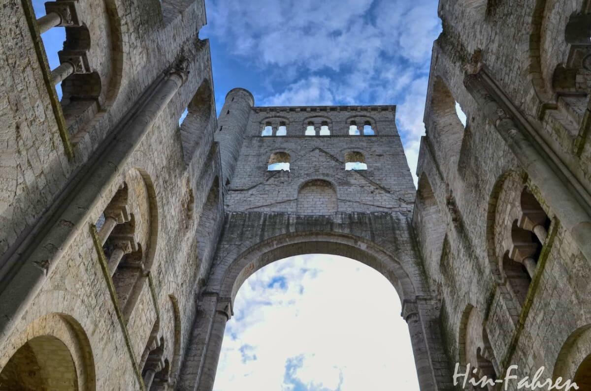 Highlight Rundreise Wohnmobil Normandie: Blick aus dem Hauptschiff der Abtei nach Oben
