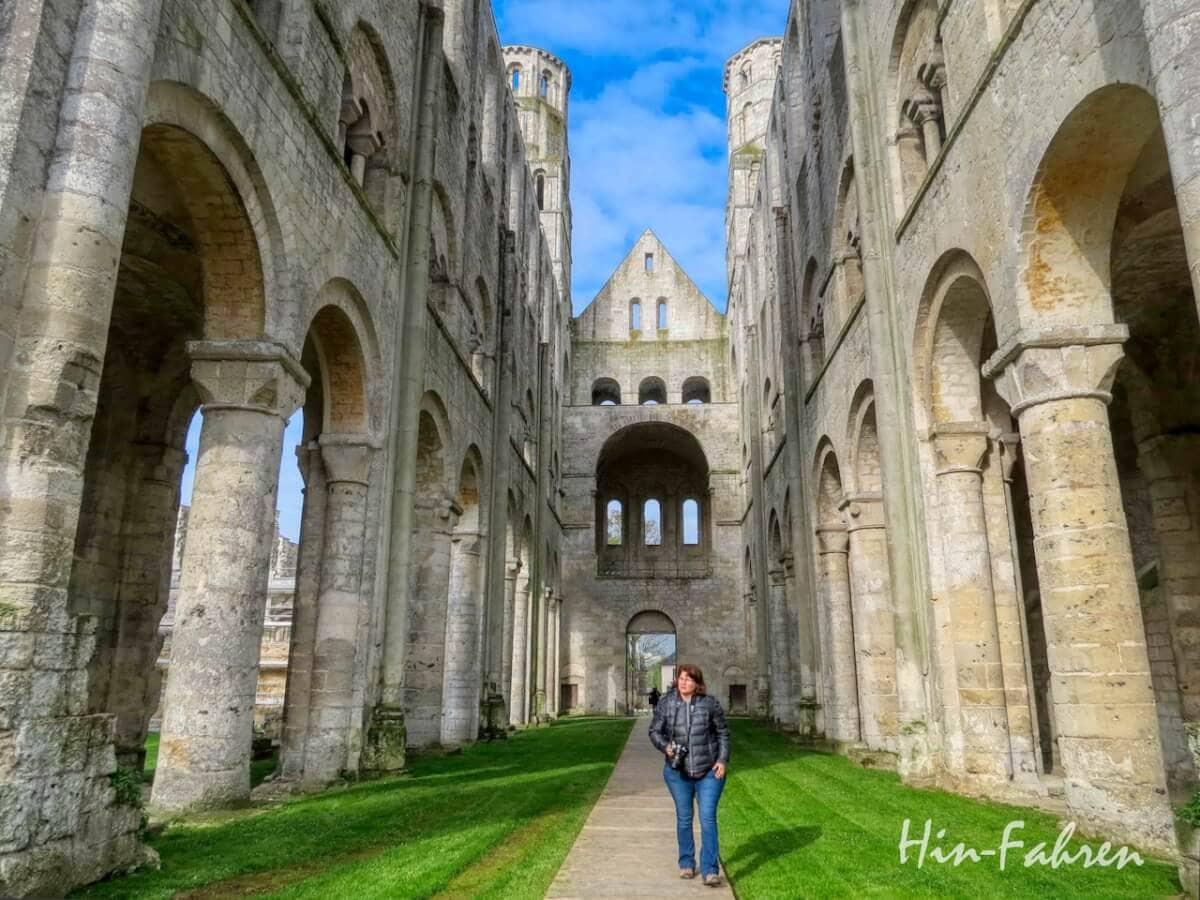 Highlight Rundreise Normandie Wohnmobil: Besucherin in Jumièges