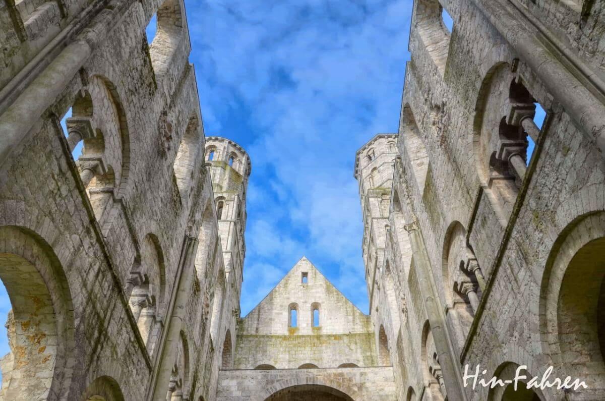 Reiseziel im Urlaub mit dem Wohnmobil: Romanisches Hauptschiff von Jumièges in der Normandie