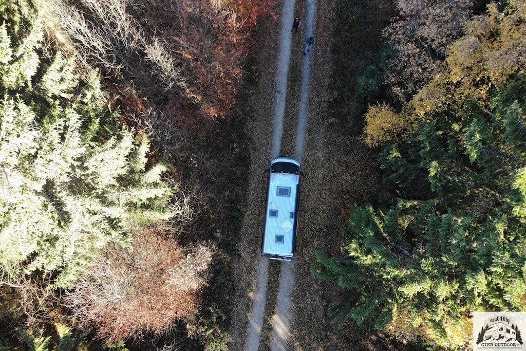 Drohnenfoto von einem Malibu-Kastenwagen