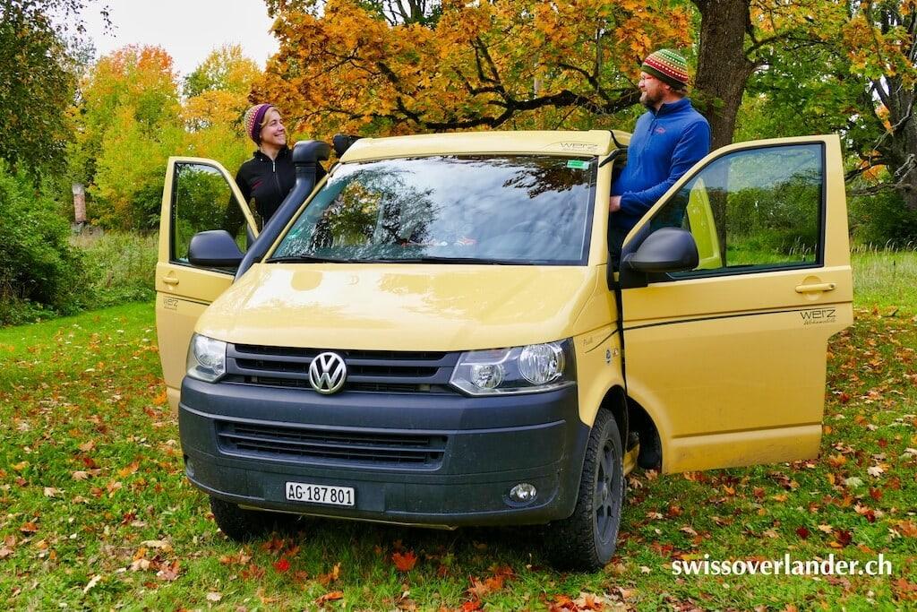 VW Bus und seine Fahrer im Herbst
