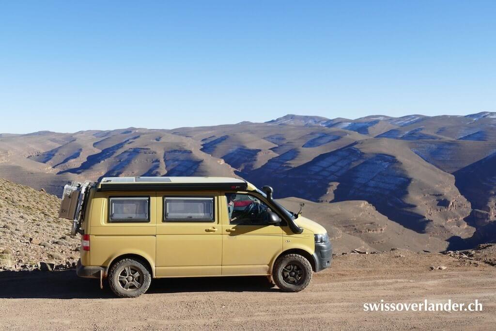 VW Bus in den Bergen von Marokko