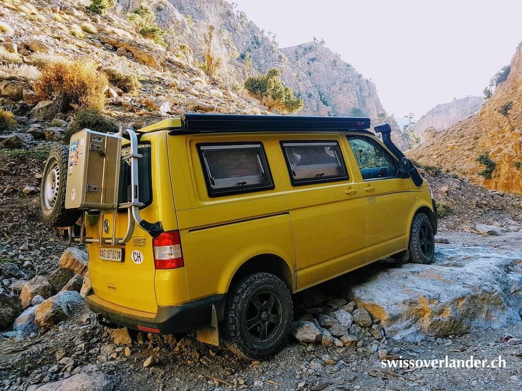 VW Bus auf Piste in den Bergen