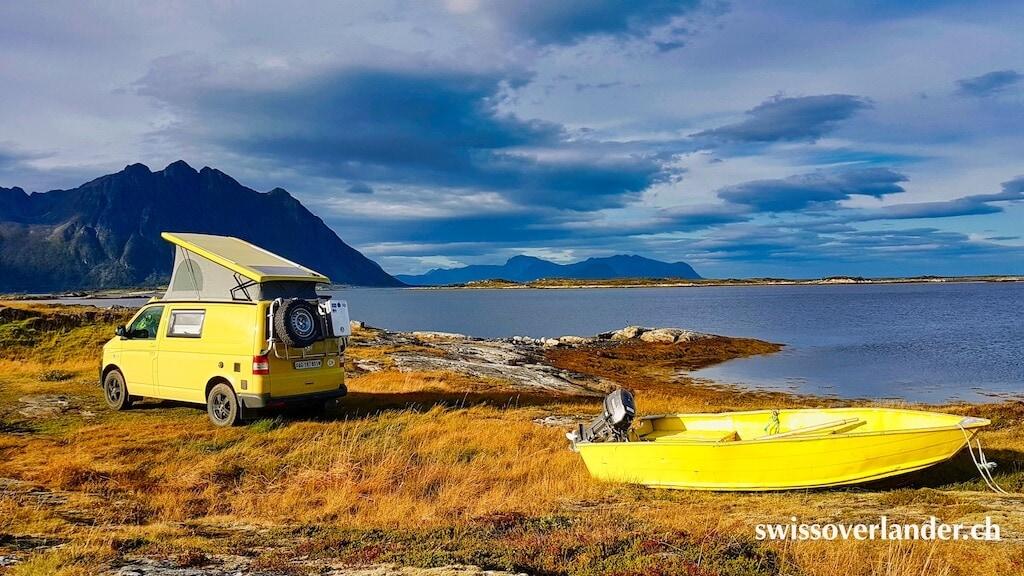 Toller Stellplatz unterwegs: Gelber VW Bus steht direkt am Meer