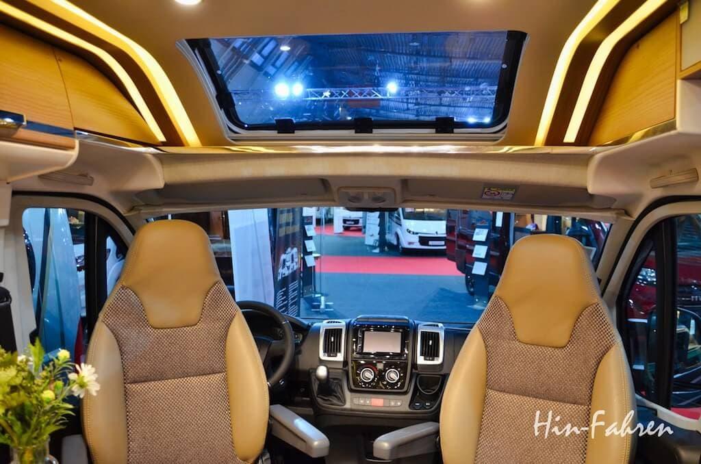 Neuigkeiten Wohnmobil 2019: Kastenwagen mit Panoramadach über den Vordersitzen