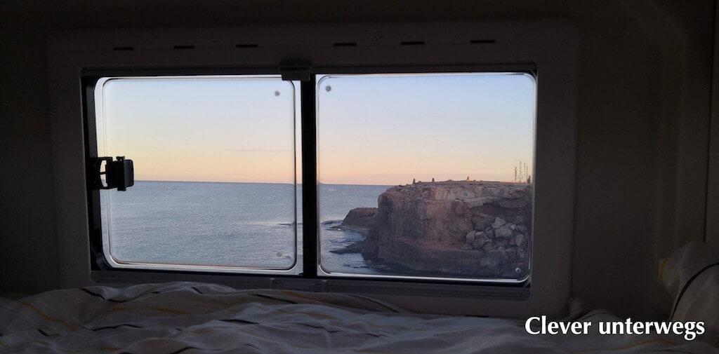 Blick aus dem Seitenfenster des Wohnmobil