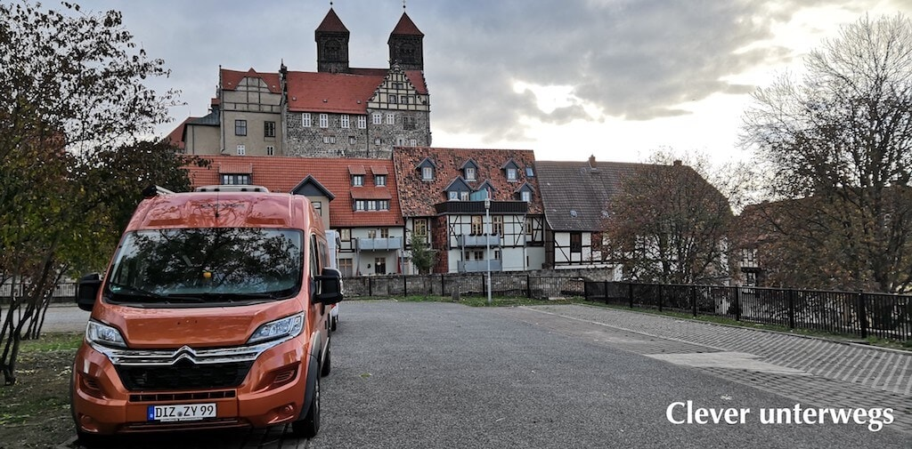 Kastenwagen von Clever auf einem Parkplatz in der Stadt