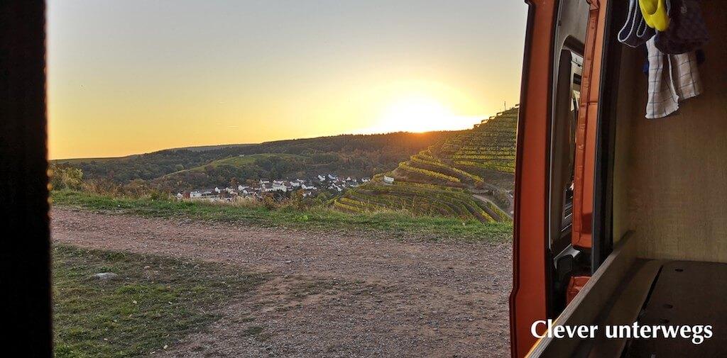 Blick auf den Sonnenuntergang aus der Tür des Kastenwagen