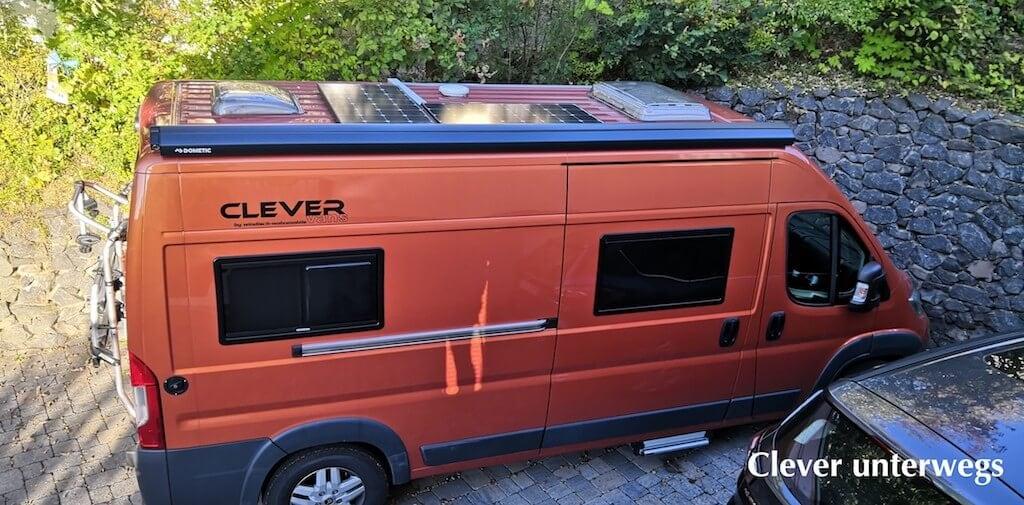Blick aufs Dach: Oranger Kastenwagen von Clever