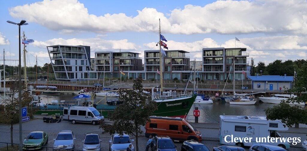 Wohnmobil parkt am Hafen