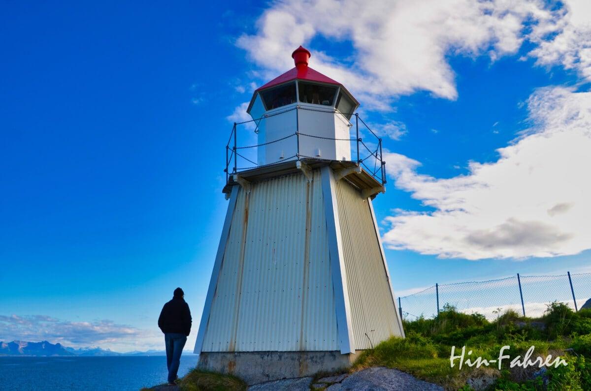 Leuchtturm mit rotem Dach und Mann