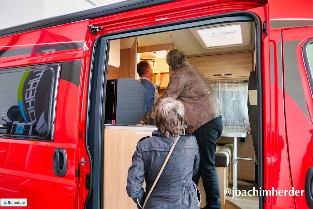 Händler und Wohnmobilkäufer begutachten einen Kastenwagen