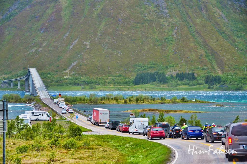 Laster und PKWs vor einer der Brücken auf den Lofoten
