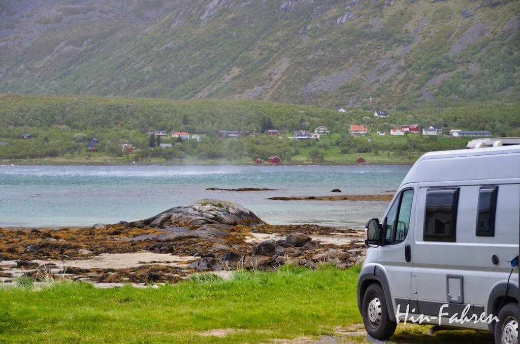 Kastenwagen auf dem Campingplatz auf den Lofoten