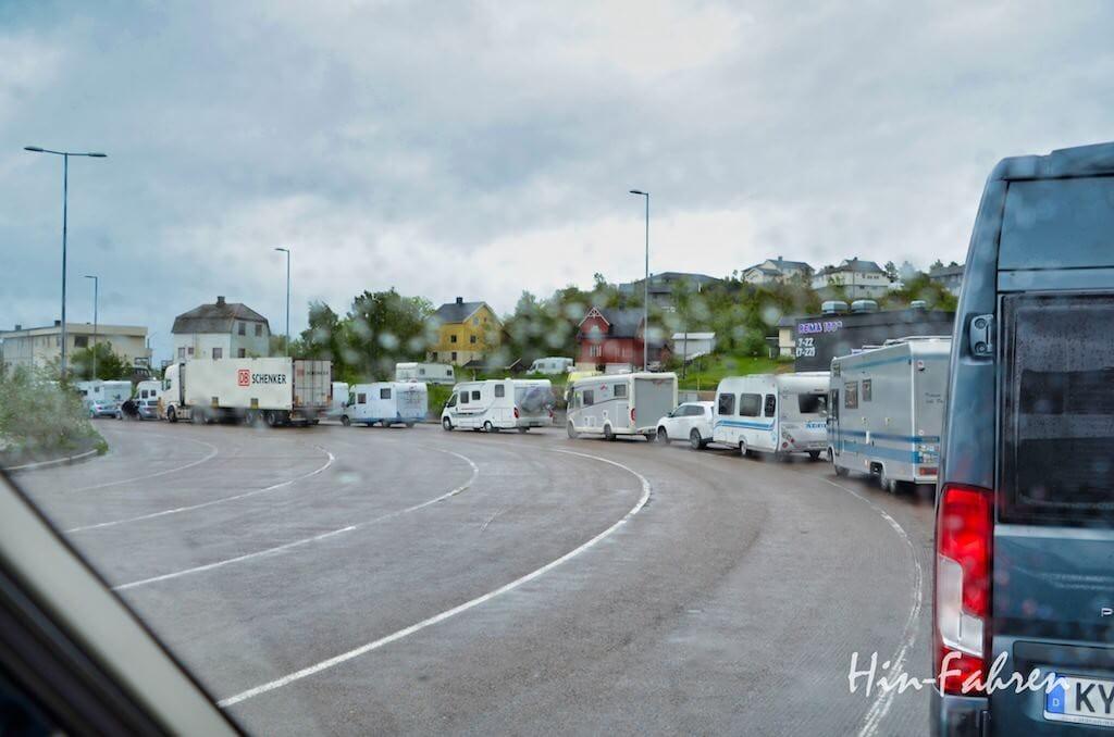 Wohnmobile und Wohnwagen warten auf die Fähre von den Lofoten