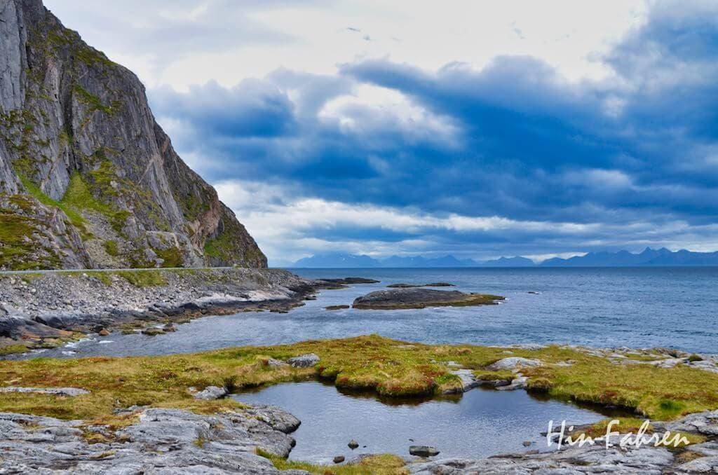 Straße am Meer auf Andøya in Norwegen