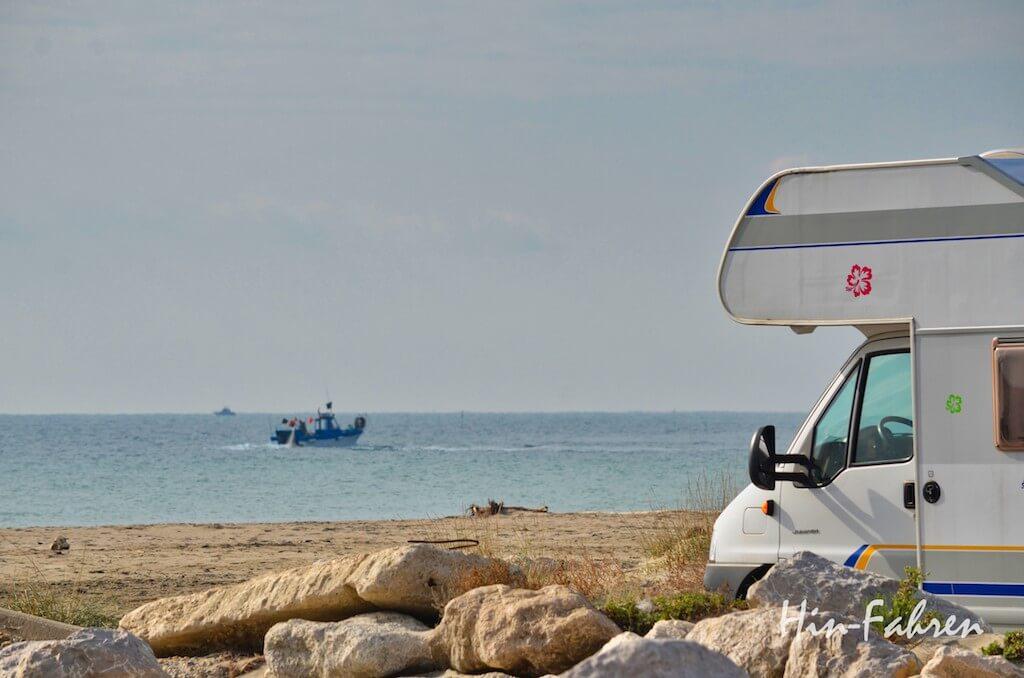 Blick auf Meer, Strand, Schiff und Wohnmobil