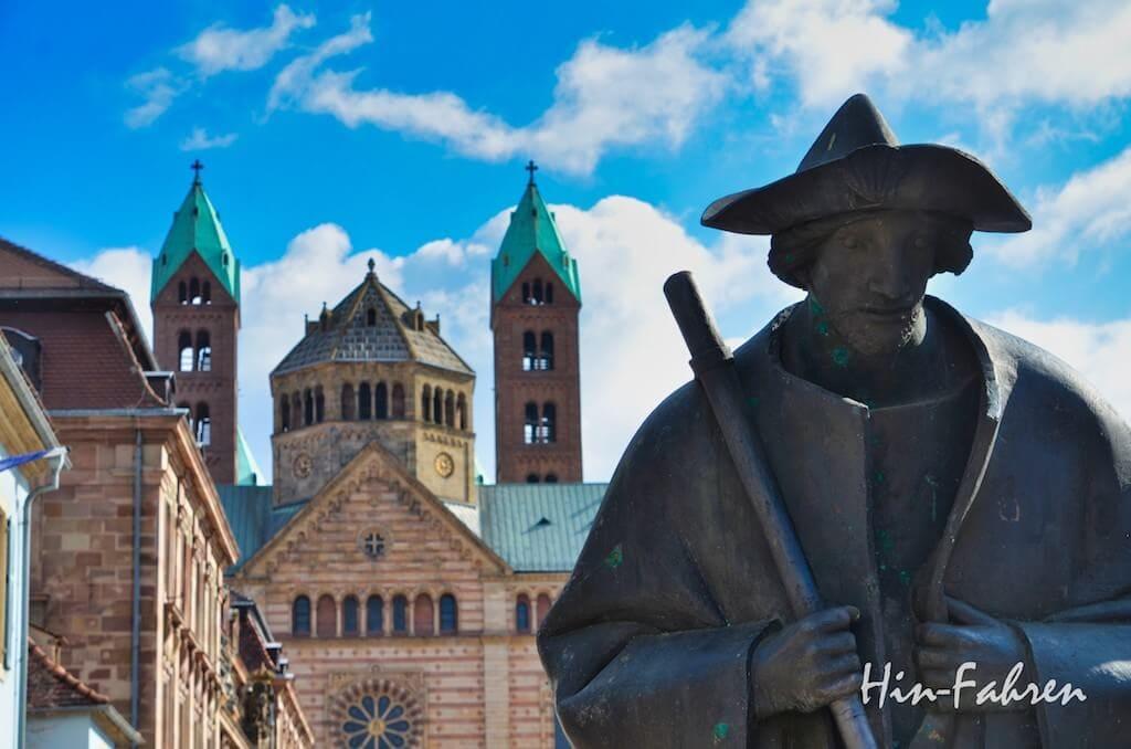 Pilgerfigur und Dom in Speyer