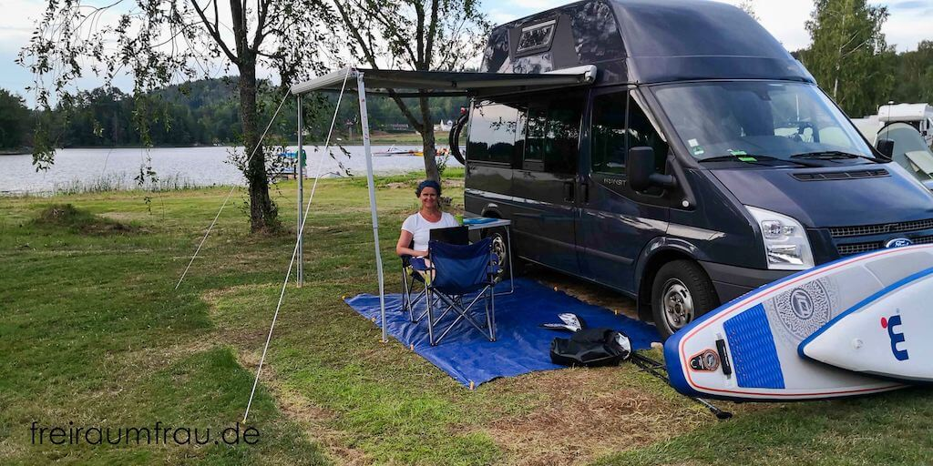 Ford Nugget auf dem Campingplatz