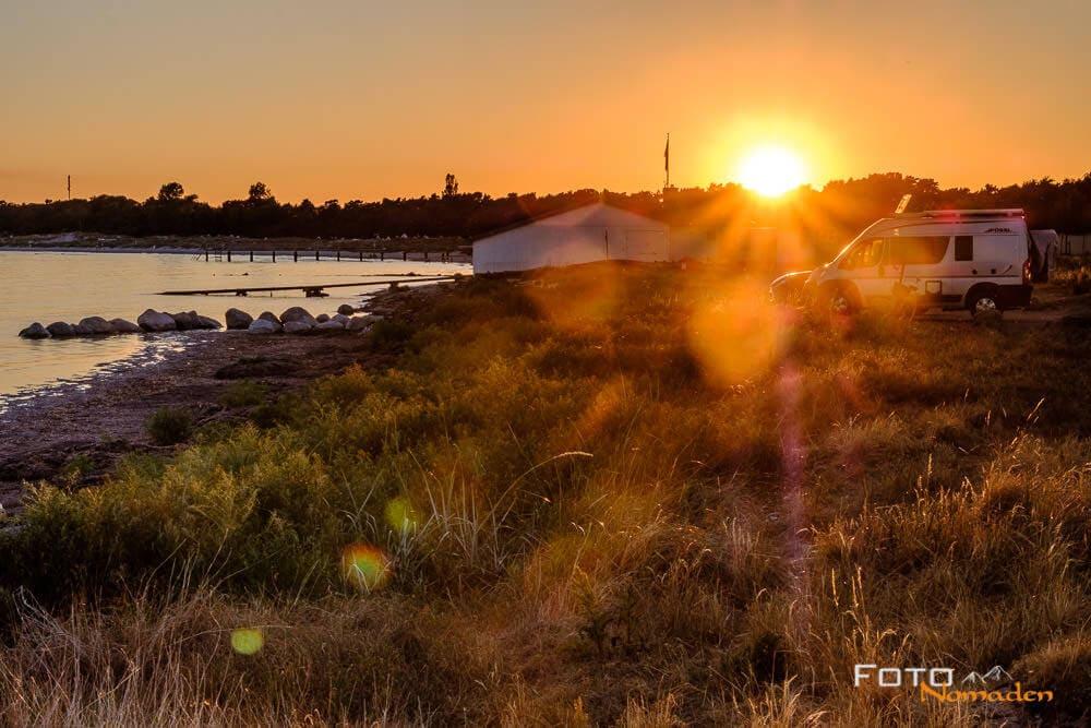 Wohnmobilstellplatz mit Kastenwagen Pössl im Sonnenuntergang